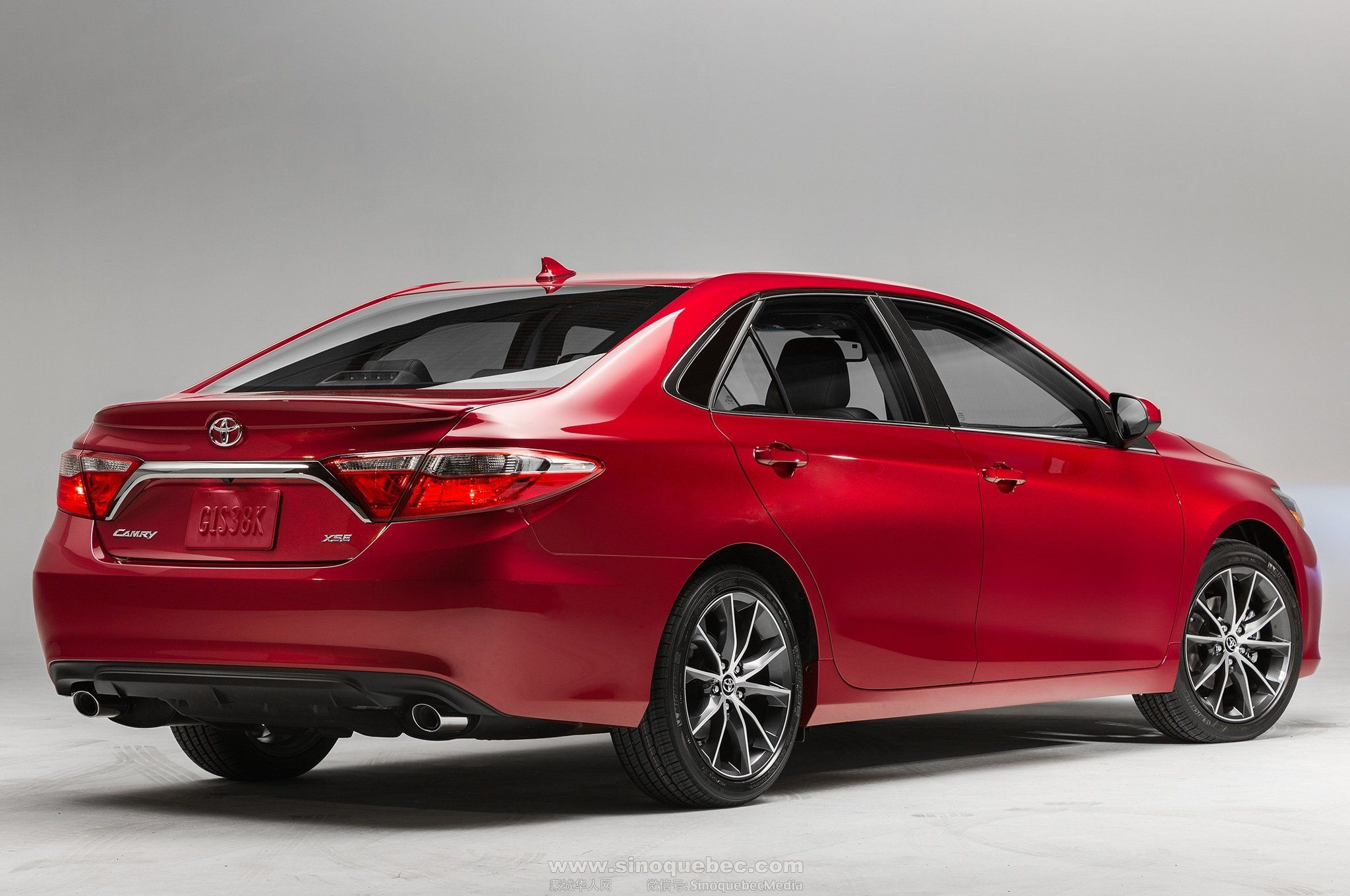 2015-toyota-camry-xse-rear-side-view-studio.jpg