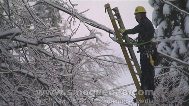 File photo from Dec. 26, 2013. Hydro-Québec crews are working to restore power to 25,000 clients this morning.